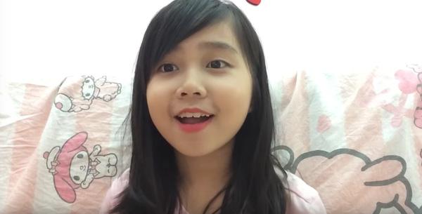 Trúc Quỳnh chắc chắn là beauty vlogger nhỏ tuổi nhất Việt Nam. Cô bé 10 tuổi đang học lớp 5 nhưng đã có kệnh youtube riêng với hàng chục nghìn lượt xem mỗi clip.