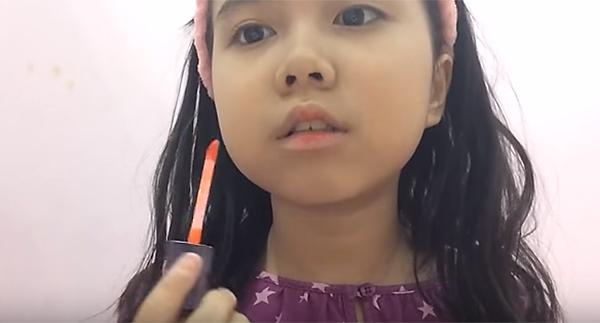 Các clip của Trúc Quỳnh chủ yếu là dạy makeup phong cách nhẹ nhàng, tự nhiên. Cô bé còn chia sẻ về quy trình dưỡng da cũng như bộ sưu tập son môi, mỹ phẩm của mình.
