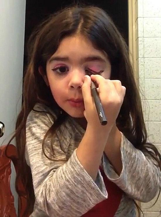Cô bé 5 tuổi người Tây Ban Nha này nhanh chóng nổi tiếng sau khi một clip hướng dẫn make up của bé được mẹ up lên mang xã hội. Khuôn mặt xinh xắn, biểu cảm đáng yêu là yếu tố giúp Danna hút fan ầm ầm.