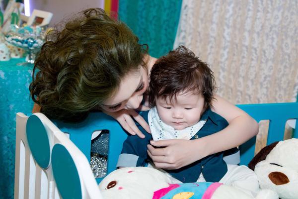 Tuy chỉ gần 5 tháng tuổi.  Alfie đã biết thơm tay mẹ hay ngoan ngoãn theo dõi chương trình khiến nhiều khách tham dự sự kiện càng yêu mến thiên thần nhí.