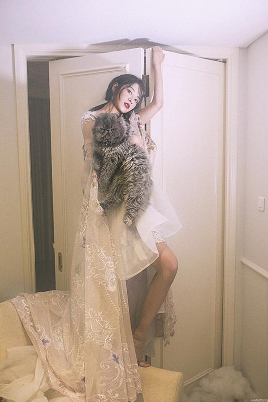 hừa thắng xông lên, Chi Pu tiếp tục có vai nữ chính trong phim Vệ sĩ Sài Gòn cùng Thái Hoà, Kim Lý và được dự đoán trở thành bom tấn của điện ảnh Việt. Bộ phim vừa đóng máy cách đây ít ngày và dự kiến đổ bộ rạp chiếu vào cuối năm 2016.