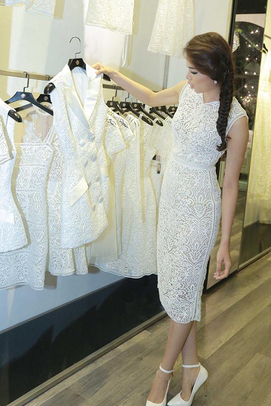bộ sưu tập là sẽ không có sản phẩm may sẵn hay sửa kích thước, tất cả đều được thực hiện theo số đo của từng người với những họa tiết khác nhau. Mỗi bộ trang phục đi kèm một chiếc Clutch được thực hiện riêng. Chính vì thế, mỗi chiếc váy nằm trong bộ sưu tập được xem như có một không hai trên thị trường.