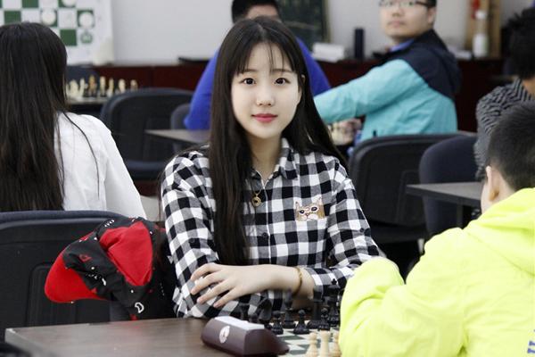 """Thiếu nữ sinh năm 2000 có vóc dáng cao ráo, khuôn mặt tròn đáng yêu với đôi mắt   một mí và đường nét mang vẻ đẹp kiểu Hàn Quốc. Trang Sina ví Viên Diệp là """"tiểu   Kim Hee Sun""""."""