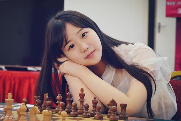 Viên Diệp học cờ vua khi 5 tuổi, lên 10 đã giành giải quán quân cờ vua thiếu niên nhi   đồng tỉnh Giang Tô, đang được huấn luyện trong đội cờ vua nữ quốc gia Trung   Quốc. Năm nay là lần thứ ba Viên Diệp tham dự giải thi đấu toàn quốc.
