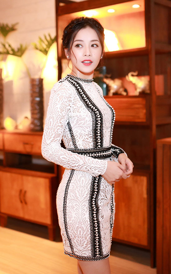 Trên thảm đỏ chương trình, rũ bỏ vẻ lộng lẫy với những bộ trang phục dạ hội quen thuộc, Chi Pu diện một chiếc váy phom dáng tối giản với chất liệu ren trong BST mới của NTK Chung Thanh Phong.