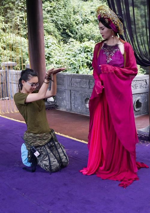 Cô cũng được Ngô Thanh Vân hướng dẫn, hỗ trợ để thực hiện những phân đoạn trong phim.