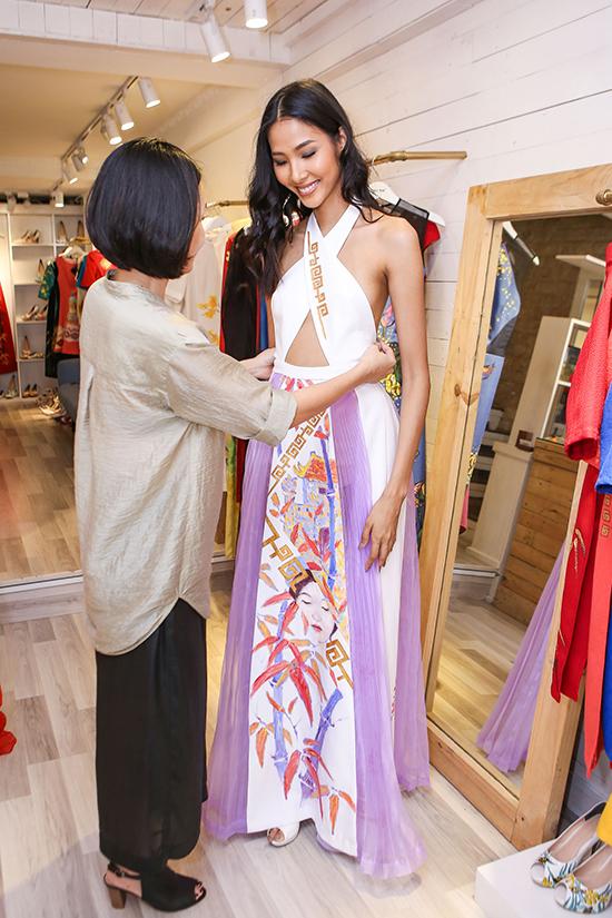 Nữ người mẫu da nâu sẽ xuất hiện trong show diễn trong vai trò vedette chốt show. Cô sẽ mặc thiết kế tâm đắc nhất của Hoàng Quyên. Chiếc váy được sáng tạo dựa trên đặc điểm hình thể, tính cách của mỹ nhân, lấy cảm hứng từ văn hóa truyền thống của người Việt Nam.
