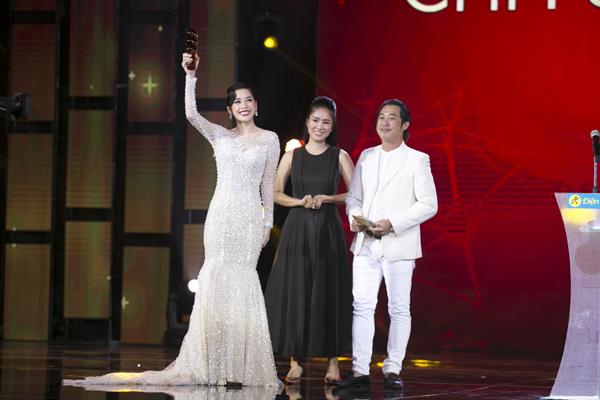 """Tối qua, Chi Pu lần đầu tiên được xướng tên ở hạng mục """"Nữ diễn viên được yêu thích nhất"""" vượt qua hai đàn chị Ngọc Lan và Vân Trang để giành được 52,42% số phiếu bình chọn."""