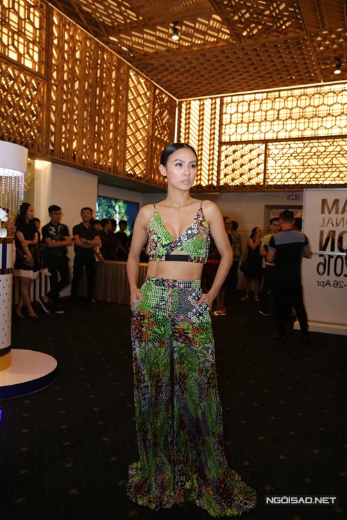 MC Huyền Ny sexy với áo hở eo rực rỡ sắc màu.