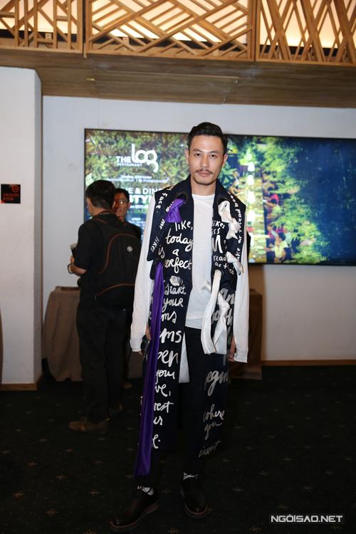 Nhà thiết kế Trương Thanh Long chọn áo choàng dáng dài in ký tự độc đáo.
