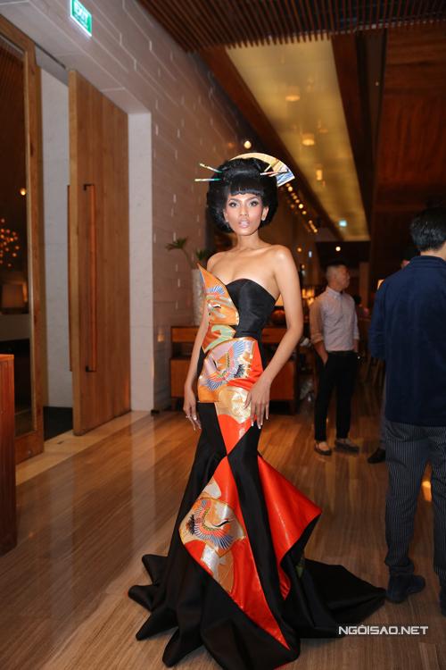 Trương Thị May nổi bật với váy dạ hội in chim hạc và cách làm tóc búi cầu kỳ.