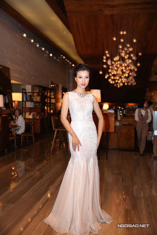 MC Hoàng Oanh yêu kiều cùng váy đuôi cá.