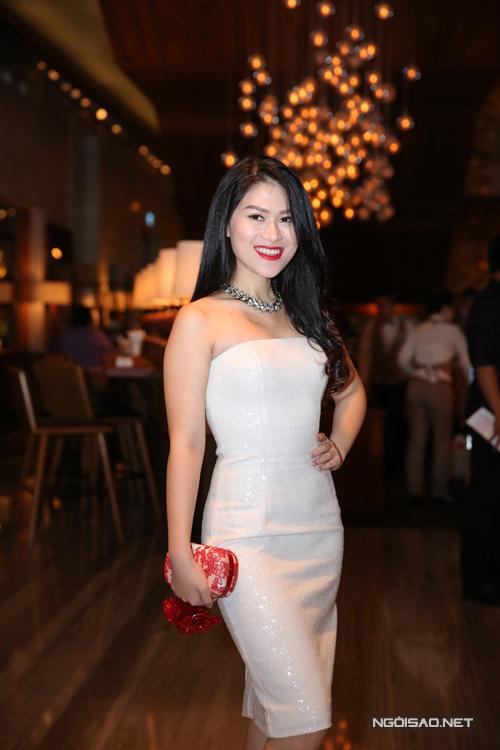Diên viên Ngọc Thanh Tâm trẻ trung cùng váy cúp ngực.