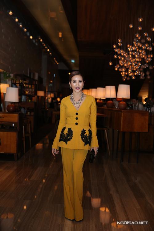 Hoa hậu Thu Hoài gây ấn tượng bằng trang phục bà ba cách điệu trên tông màu vàng mù tạt.