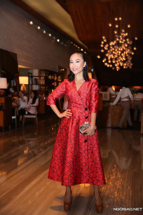 Đoan Trang thanh lịch cùng váy vest tông màu đỏ tươi.