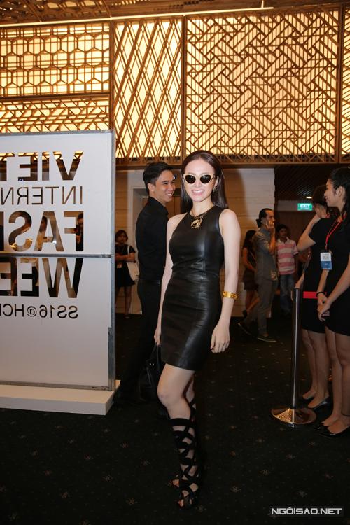 Angela Phương Trinh chọn váy da đen bó sát phối cùng bốt sandal vô cùng cá tính.
