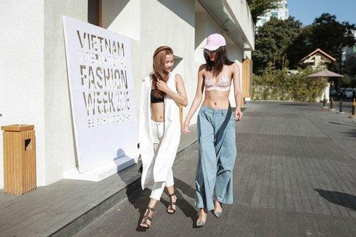 Hai tín đồ thể hiện độ táo bạo khi diện street style mát mẻ khoe nội y xuống phố.