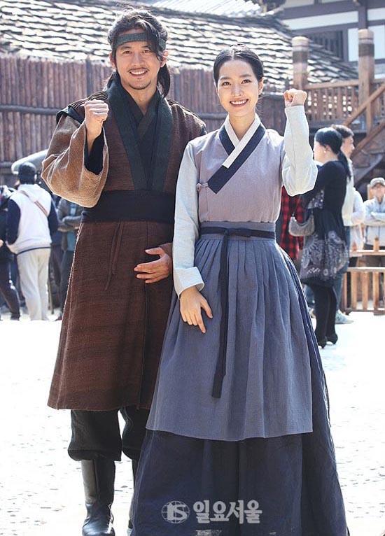 Bộ phim có sự tham gia của Jin Se Yun, Ko Soo, Kim Mi Sook, Jung Joon Ho,... Những hình ảnh đầu tiên hé lộ tạo hình nhân vật trong phim nhân được nhiều lời khen ngợi. The Flowers in Prison có thời lượng 50 tập, sẽ lên sóng vào ngày 30/4.