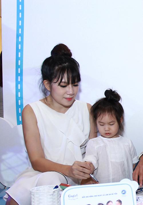 Dù đang mang thai ở tháng thứ 5 nhưng Minh Hà vẫn luôn rạng rỡ vui đùa cùng các con. Đây cũng là lần thứ 4 cô mang bầu, sau 16 tháng sinh bé Sunny.