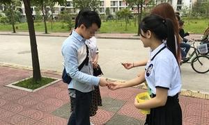 Nữ sinh cấp 3 mặc đồng phục phát bao cao su