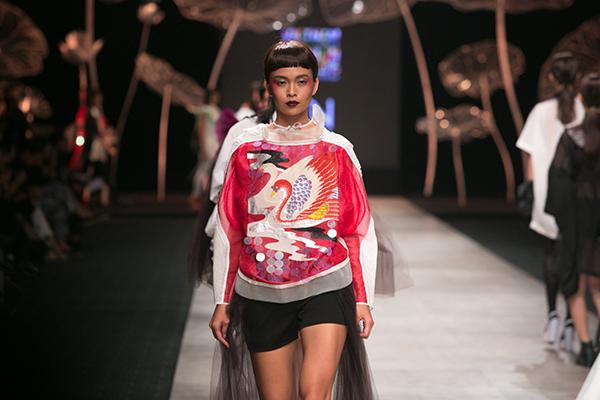 với số hơn 800 mẫu trang phục thiết kế được trình diễn từ 21 nhà thiết kế và thương hiệu thời trang hàng đầu trong nước và quốc tế, Vietnam International Fashion Week tiếp tục khẳng định vị trí số 1 tại Việt Nam và khiến cho giới mộ điệu thời trang được sống trong một không khí thời trang đẳng cấp, chuyên nghiệp với những bộ sưu tập mãn nhãn.