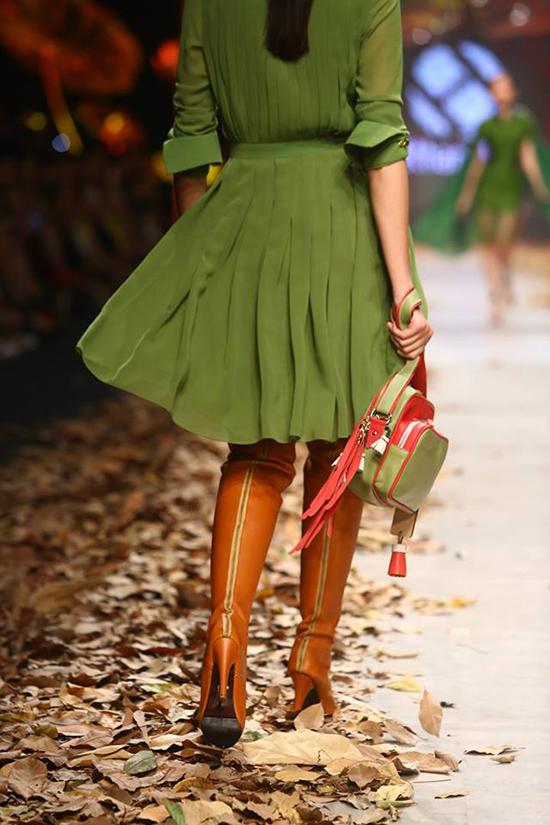 20 túi lá khô được góp nhặt trong vòng một tuần từ rừng cao su ở Đồng Nai, rải đều trên khắp sân khấu; tạo ra một show diễn thời trang đình đám cho BST của NTK Lê Thanh Hòa