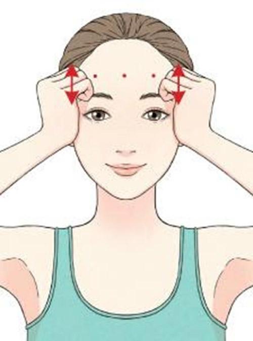 Bước 1: Day ấn huyệt vùng trán.Hai tay nắm lại sử dụng nắm tay phần xương của 4 ngón nắm lại để ấn huyệt. Chia phần trán thành 3 phần rối day ấn từ ngoài vào trong với xu hướng đẩy lên xuống. Lặp lại khoảng 4- 5 lần cho một phần của trán. Chú ý không day ấn lên khu vực lông mày.