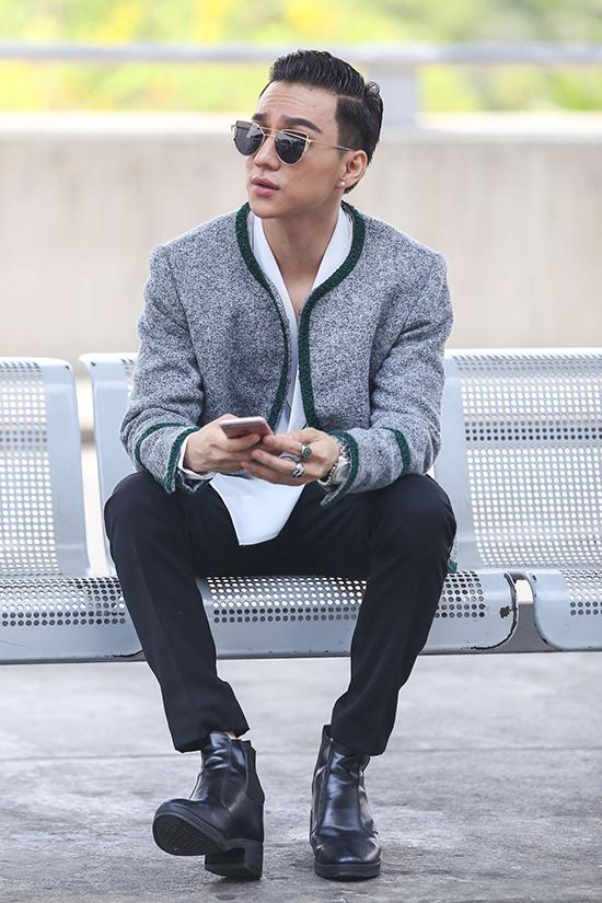 Hôm qua (27/4), đại diện Việt Nam là Nguyễn Phúc Cường đã có mặt tại sân bay quốc tế Tân Sơn Nhất để tham dự cuộc thi Mister Global 2016 tại Thái Lan. Anh diện trang phục giản dị nhưng vẫn rất nổi bật