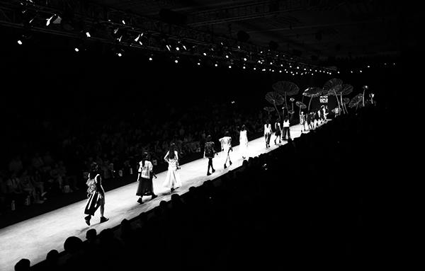 toàn cảnh khán đài với sức chứa hơn 1000 người luôn được lấp đầy trong 4 đêm diễn và số lượng ghế hàng đầu dành cho các khách mời là những doanh nhân, người nổi tiếng, các biên tập viên thời trang, phóng viên báo đài trong nước và quốc tế, cùng đại diện nhãn hàng thời trang&