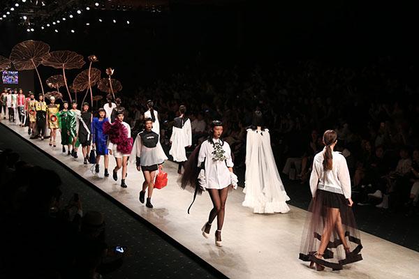 team model là team có số lượng thành viên nhiều nhất khi chỉ tính riêng số lượng người mẫu đã có gần 200 người, trung bình người mẫu cho một NTK là 30 người.