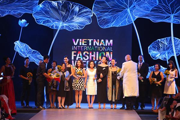 Bên cạnh đó, còn rất nhiều những thành viên thuộc các team khác với số lượng khủng để có thể làm nên thành công của Vietnam International Fashion Week 2016 như team truyền thông 25 người, team hình ảnh 50 người, team dựng 30 người, team biên tập 20 người, team phụ trách NTK gồm 30 thành viên& trong đó có đến gần 300 phóng viên đến tác nghiệp và mỗi NTK có hơn 20 trợ lý.