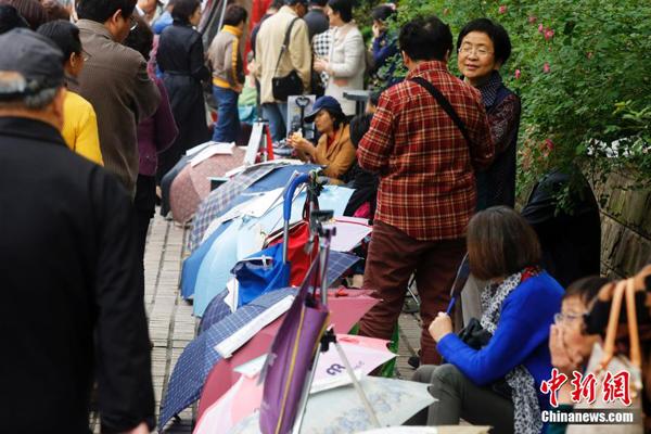 Ngày 24/4, nhiều ông bố bà mẹ đến công viên Nhân dân ở Thượng Hải để mở hội   mai mối cho con. Đây là địa điểm khá có tiếng trong việc tổ chức hoạt động mai   mối, xem mắt thường kỳ ở thành phố Thượng Hải, thu hút đông đảo các phụ huynh   đến tìm bạn đời cho con mình.\