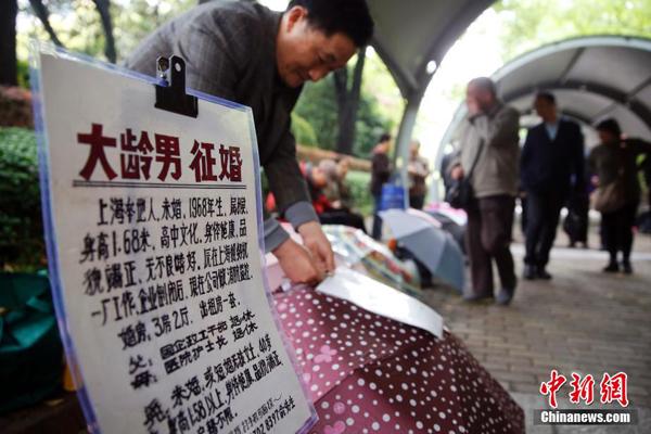 """Khi đến tham gia """"chợ mai mối"""", các ông bố bà mẹ thường treo bảng hay dán tờ rơi   ghi đầy đủ thông tin về con mình lên chiếc ô đặt trước mặt để mọi người đọc và sẽ   trao đổi thêm nếu cảm thấy phù hợp."""