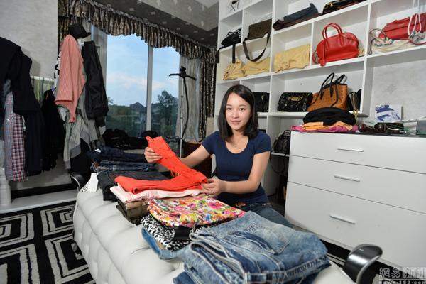 """Cô gái 9x tên Tiểu Đặng ở Thành Đô (Trung Quốc) tìm được cho mình một công   việc độc đáo mà lương cao đó là chuyên dọn dẹp tủ quần áo cho những """"người   lười""""."""