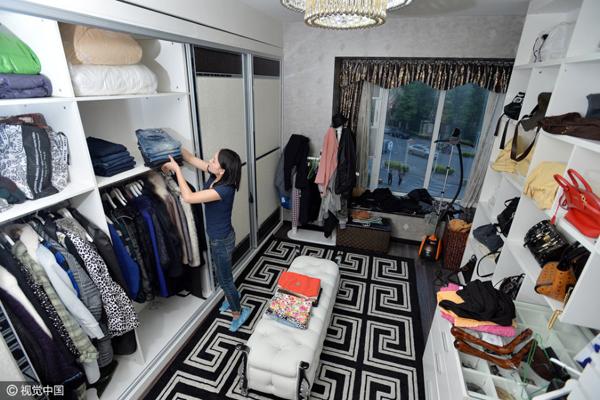 Việc làm ăn của Tiểu Đặng đang ngày càng phát triển, nhận được đánh giá tốt của   khách hàng, thu nhập mỗi tháng khoảng 10.000 tệ (gần 35 triệu đồng). Cô còn có ý   định tự thành lập công ty chuyên dọn tủ.