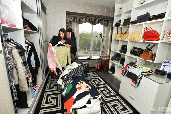 Theo Tiểu Đặng, dọn tủ là một công việc khá phiền toái, quần áo cần phải phân biệt   theo kiểu dáng, màu sắc, chất liệu, theo thời tiết... sau đó sắp xếp lại vào các vị trí   thích hợp trong tủ.