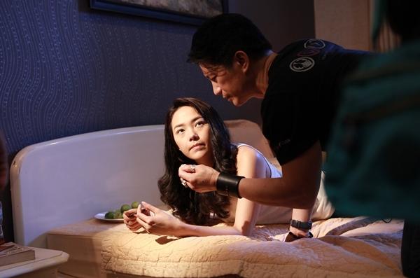 minh-hang-phai-uong-bia-lien-tuc-de-dong-canh-giuong-chieu-4