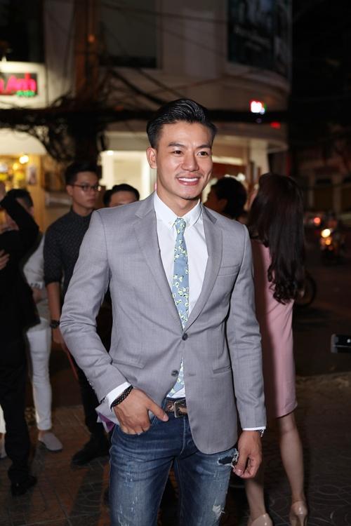 kha-ngan-duoc-hot-boy-banh-gio-an-can-nang-vay-9