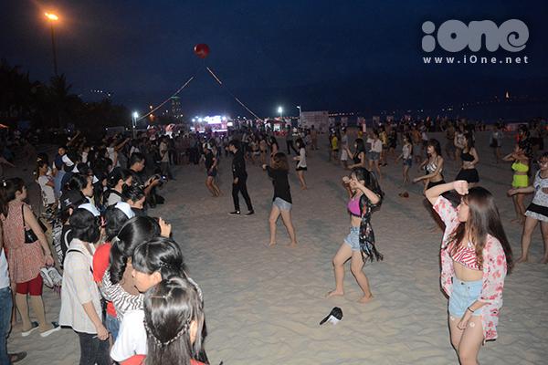Chiều 29/4, bãi biển Đà Nẵng rộn ràng bởi các hoạt động chào mừng mùa du lịch biển. Khi phố lên đèn, hàng trăm đôi mắt đổ dồn về phía bãi biển Phạm Văn Đồng khi màn đồng diễn flashmob trong trang phục tắm biển diễn ra.