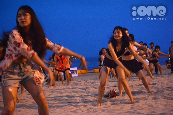 ban-tre-da-nang-ngai-ngung-to-tinh-sau-man-flashmob-bikini-1