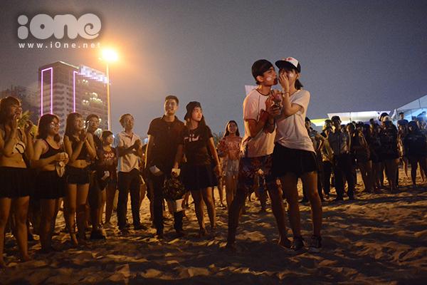 ban-tre-da-nang-ngai-ngung-to-tinh-sau-man-flashmob-bikini-4