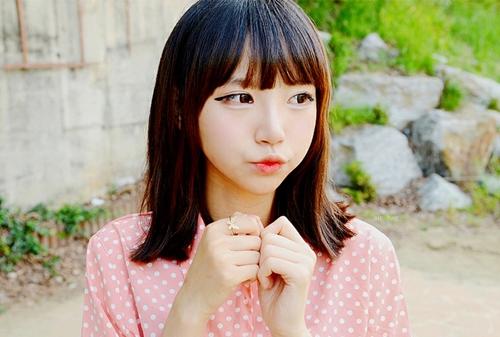 Han Ahreum Songi (sinh năm 1992) được mệnh danh là một hot girl có tiếng ở Hàn Quốc nhờ gương mặt xinh đẹp. Cô nàng sở hữu nét đẹp đáng yêu với đôi mắt tròn, đôi môi chúm chím và nước da trắng. Han Ahreum Songi trở nên nổi tiếng nhờ tham gia các cuộc thi ảnh trên mạng xã hội.