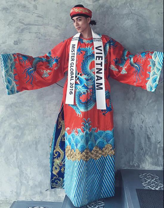Trong phần thi trang phục dân tộc, anh lựa chọn một bộ cánh đậm chất Á Đông với họa tiết là Rồng. Anh lấy cảm hứng từ áo dài của Vua chúa ngày xưa
