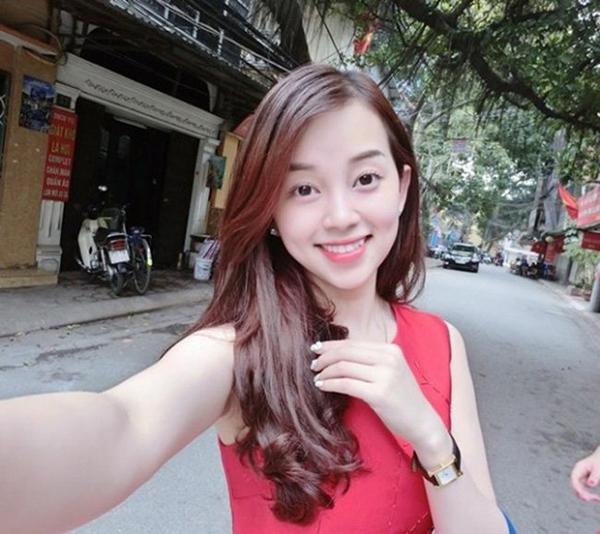 Đó cũng là thời điểm tên tuổi Ly Kute xuất hiện nhiều nhất trên các mặt báo, show truyền hình khi luôn đồng hành cùng chàng cầu thủ đào hoa nhất đội tuyển Việt Nam.