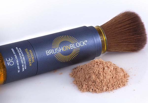 Bạn đã biết đến các dạng chống nắng kem, sữa hay dạng xịt nhưng bột chống nắng thì chắc chắn là một sản phẩm xa lạ. Brush on Block là sản phẩm chống nắng độc đáo, có kết cấu dạng phấn. Một thỏi Brush on Block được thiết kế 2 đầu, một đầu là ngăn chứa phấn mịn và một đầu là chổi đánh. Khi dốc đầu chổi, phấn sẽ tự động chảy xuống và chỉ việc phủ lên da. Kết cấu dạng phấn khiến Brush on Block được ưa thích do cực kỳ khô ráo, mịn màng. Việc dặm lại phấn giữa ngày cũng tiện lợi hơn rất nhiều so với bôi kem chống nắng.