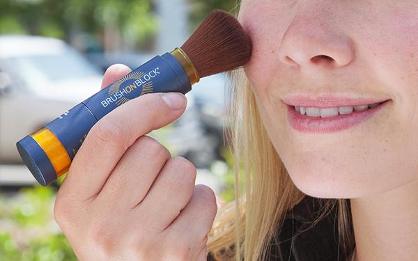 Hạt phấn của Brush on Block có màu da nên khi phủ lên mặt sẽ hoàn toàn tự nhiên, không bị trắng bợt như khi dùng kem chống nắng. Chất phấn hút và kiềm dầu tốt nên sản phẩm này phù hợp với các bạn gái có da dầu. Điểm trừ của Brush on Block là giá thành cao, 700k/1 thỏi mà sử dụng khá tốn.