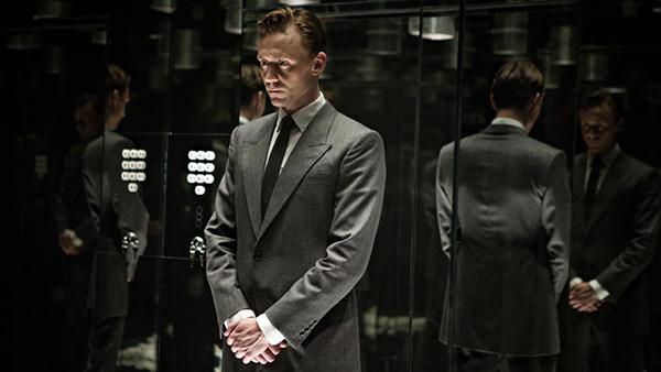"""Không kèn trống rộn ràng, High Rise vẫn gây được chú ý vì có sự tham gia của """"Loki"""" Tom Hiddleston, không chỉ vậy anh chàng sẽ có màn khoả thân đốt mắt trong phim. Bộ phim có cốt truyện khá lạ,dựa trên cuốn tiểu thuyết năm 1975 của nhà văn J.G. Ballard xoay quanh cuộc chiến giai cấp trong một cộng đồng khép kín."""