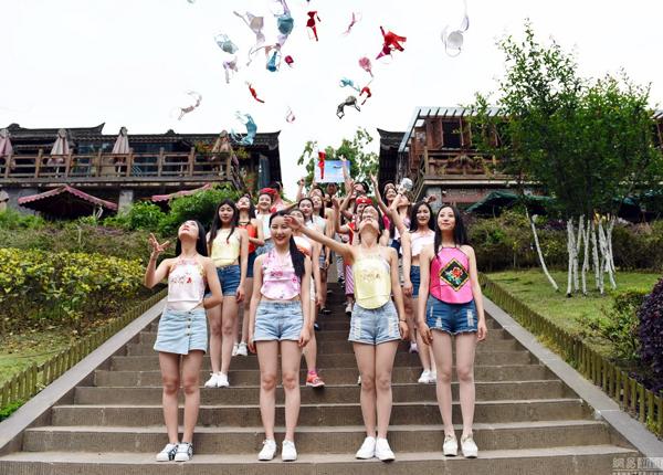 """Ngày 4/5, hơn 10 nữ sinh của Học viện Hàng không Đông Tinh ở Thành Đô (tỉnh Tứ Xuyên, Trung Quốc) đồng loạt mặc yếm, quần short nhảy flashmob, """"thả rông"""" vòng một và ném tung áo lót lên trời để kêu gọi """"quan tâm đến sức khỏe vòng một của nữ giới""""."""