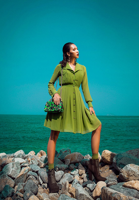 Trong trang phục BST Military từ nhà mốt Lê Thanh Hoà, Minh Triệu biến hoá thành nữ quân nhân cực gợi cảm bên bờ biển. Chọn những thiết kế khoe dáng triệt để, chân dài khắc họa rõ nét chân dung người phụ nữ khoẻ khoắn, mãnh liệt nhưng không kém phần nữ tính, sexy vốn có.