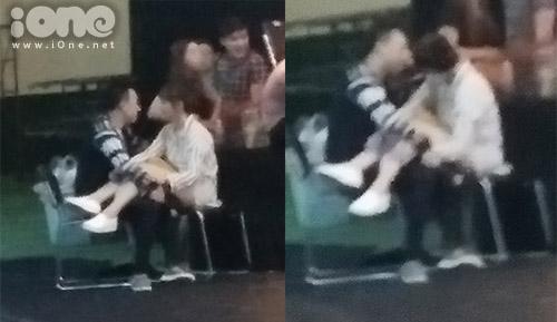 Giữa trường quay, cặp đôi vô tư ngồi gác chân, nhìn nhau đắm đuối không rời.